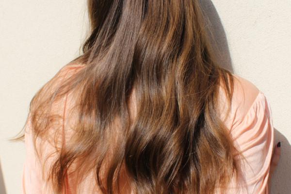 Lady Melbourne's shiny hair after using apple cider vinegar